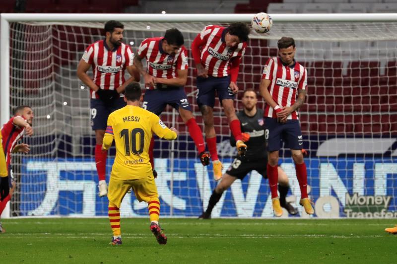 Lanzamiento de falta de Messi ante el Atlético