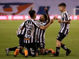 Santos aprovecha la fragilidad de Liga de Quito. EFE
