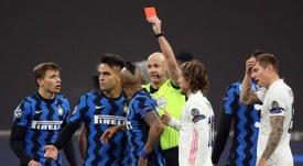 Arturo Vidal foi expulso contra o Real Madrid. EFE/EPA/MATTEO BAZZI