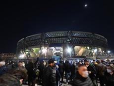 La afición del Nápoles acudió a San Paolo para despedir a Maradona. EFE