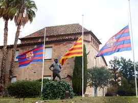 Banderas a media asta en el Barça. EFE