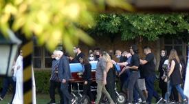 Cerca de 40 personas acudieron al funeral íntimo de Maradona. EFE
