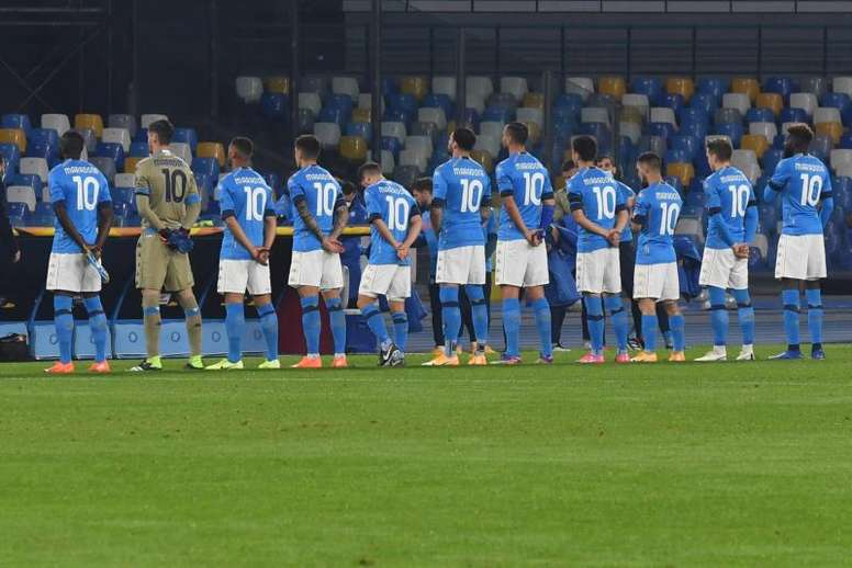Jogadores do Napoli prestaram homenagem em campo. EFE
