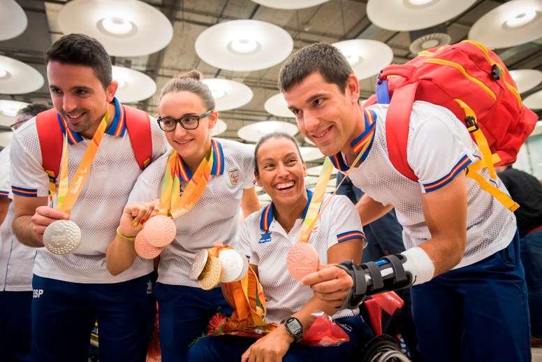 (De izda. a dcha.) El palista José Manuel Ruiz (medalla de plata en tenis de mesa por equipos), la nadadora María Delgado (bronce en los 50 metros libres y los 100 espalda), Teresa Perales (oro en los 50 metros espalda y plata en los 100 y 200 libre, y los 200 metros estilos), y el ciclista Eduardo Santa (bronce en la velocidad por equipos) a su llegada al Aeropuerto Adofo Suárez Madrid-Barajas, tras haber logrado sendas medallas en los Juegos Paralímpicos de Río de Janeiro 2016. EFE/Fernando Villar/Archivo