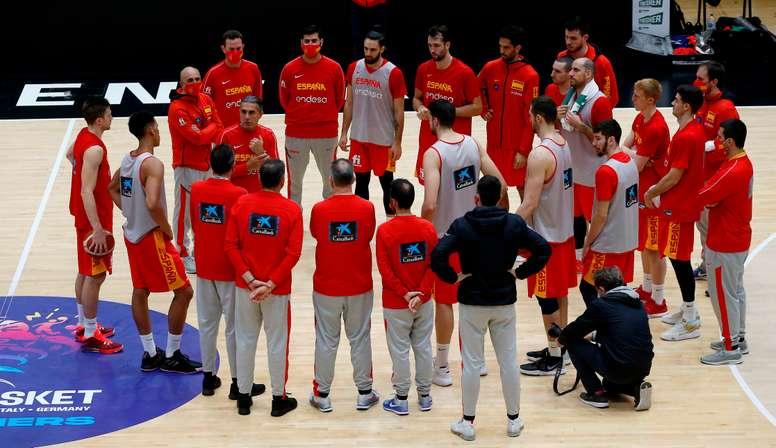 El entrenador de la selección española de baloncesto Sergio Scariolo dialoga con sus jugadores, este viernes, durante el entrenamiento previo al partido que les enfrentará mañana contra la selección de Israel en Valencia, en busca de la clasificación para el Eurobasket de 2022. EFE/Miguel Ángel Polo