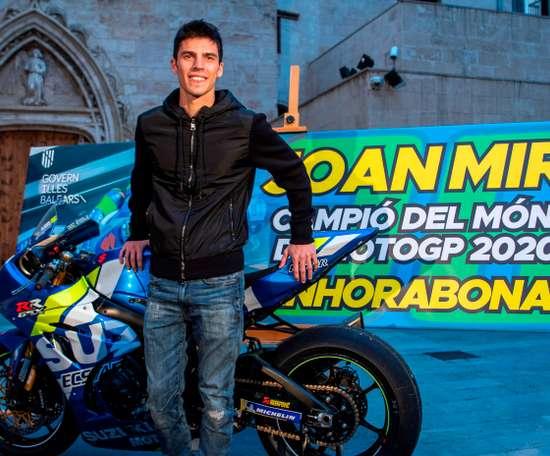 El campeón del mundo de MotoGP, Joan Mir, durante la recepción con la presidenta de Baleares, Francina Armengol, celebrada este viernes en el Consulat de Mar de Palma de Mallorca. EFE/Cati Cladera