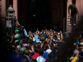 La policía registro los bienes de las personas que se sacaron fotos con el cadáver de Diego. EFE