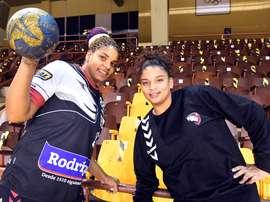 Las dos jugadoras internacionales cubanas llegadas a España, la guardametaNiurkisMora y la pivote Arislaidy Márquez, posan para la entrevista. EFE/J.Casares