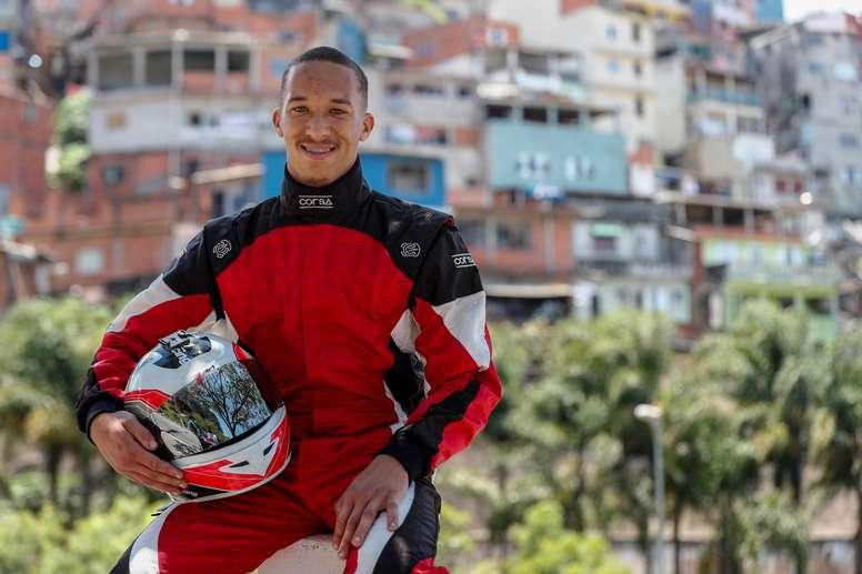El piloto de Fórmula Vee (FVee) Wallace Martins posa el 24 de noviembre de 2020 cerca de su casa en Brasilandia en Sao Paulo (Brasil). EFE/Sebastiao Moreira