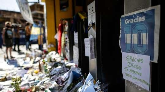 Se entrega uno de los ex trabajadores que se fotografió con el cadáver de Maradona. EFE