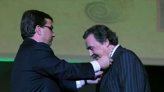 El presidente de la Junta de Extremadura, Guillermo Fernández Vara (i), entrega la Medalla de Extremadura en 2010, al ex entrenador de balonmano, Juan de Dios Román, por su trayectoria profesional en el mundo del deporte. EFE/Jero Morales.