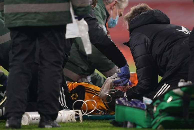 Raúl Jiménez, evacuado en camilla tras un fuerte choque con David Luiz. EFE