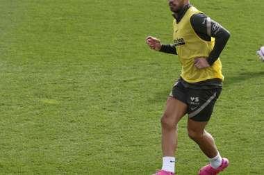 Suárez podría reaparecer ante el Valladolid si da negativo en las pruebas. EFE