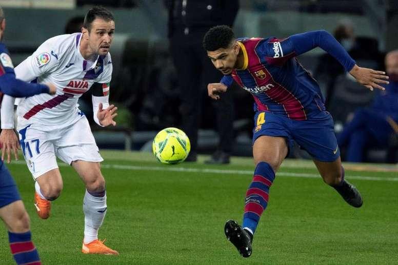 Ronald Araujo sigue asentándose en la defensa del Barcelona. EFE
