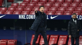 Simeone charló con los entrenador del Atleti. EFE
