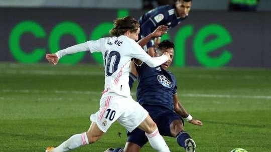 Luka Modric supera companheiros em roubada de bola no Campeonato Espanhol. EFE / Emilio Naranjo