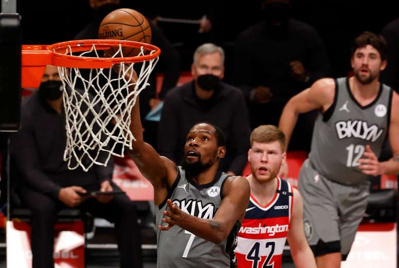 El alero Kevin Durant (i) de los Brooklyn Nets . EFE/EPA/JASON SZENES/Archivo