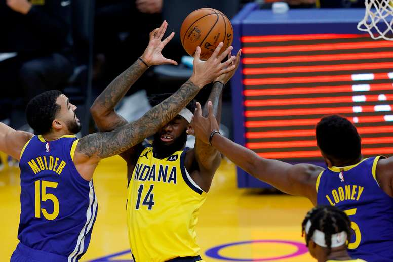 San Francisco (United States), 13/01/2021.- Indiana Pacers forward JaKarr Sampson (C) in action against Golden State Warriors guard Mychal Mulder (L) and EFE/EPA/JOHN G. MABANGLO SHUTTERSTOCK OUT