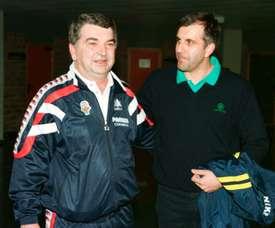 Los entrenadores del Pamesa Valencia, Miki Vukovic (I) y del Benetton Treviso, Zlejko Obradovic, cuyos equipos jugaron en Zaragoza la Final de la Copa Saporta de Baloncesto. EFE/Archivo