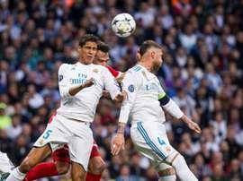 El Real Madrid entrenó sin sus centrales titulares habituales. EFE