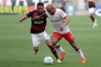 Zico pede que Maurício Isla leve as críticas para o lado profissional. EFE/Antonio Lacerda