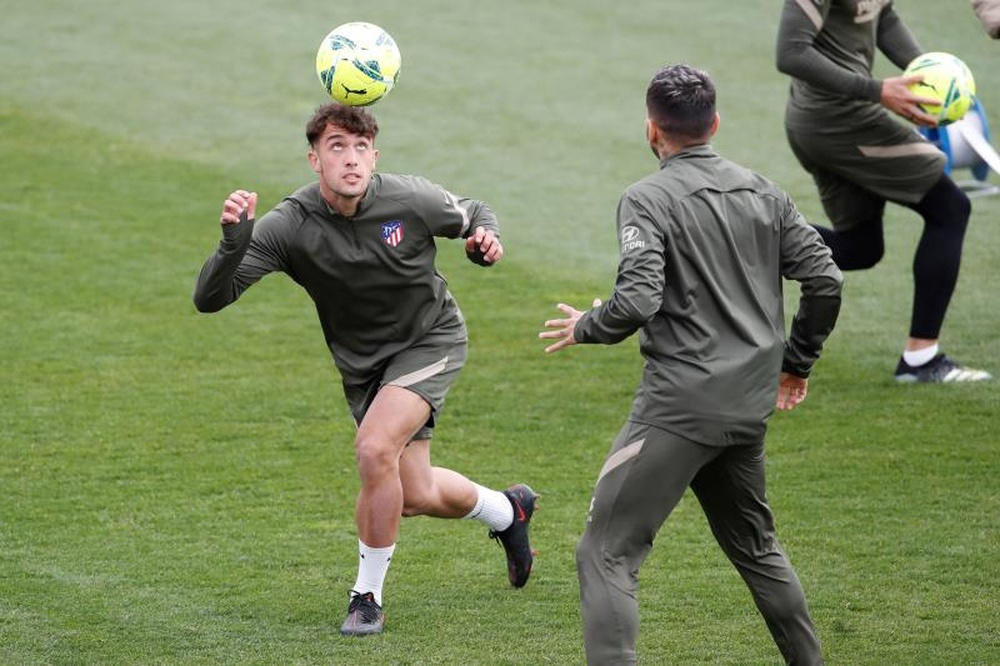 Mario Hermoso (i) está disponible para Simeone. EFE