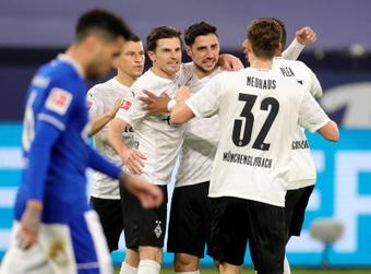 Cosas de crisis: el 'Gladbach la olvida y el Schalke 04 se consume en ella. AFP