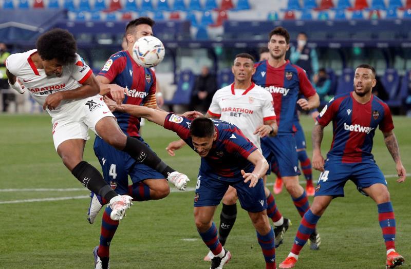 El Sevilla adelanta al Barcelona con la victoria