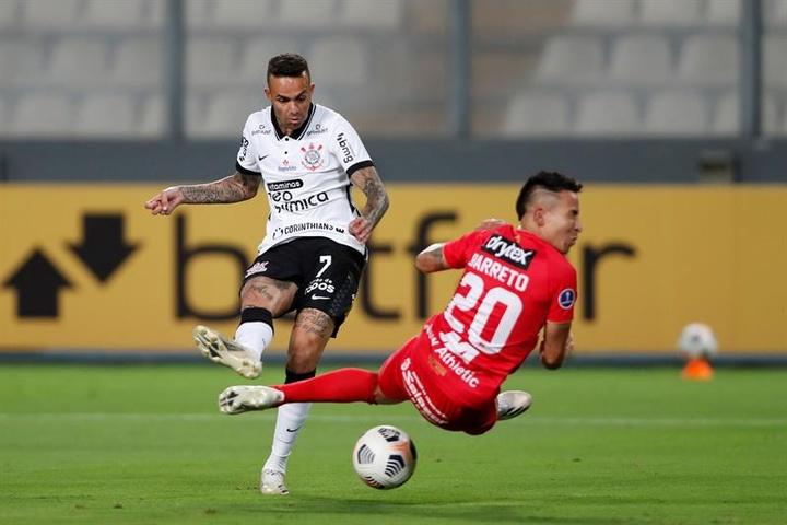 Luan de Jesús (i) de Corinthians patea para anotar un gol hoy, en un partido de la Copa Sudamericana entre Sport Huancayo y Corinthians en el estadio Nacional de Perú en Lima (Perú). EFE/Paolo Aguilar