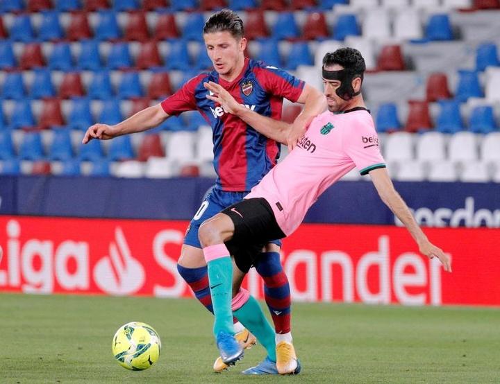 Las posibles alineaciones del Barcelona-Levante. EFE