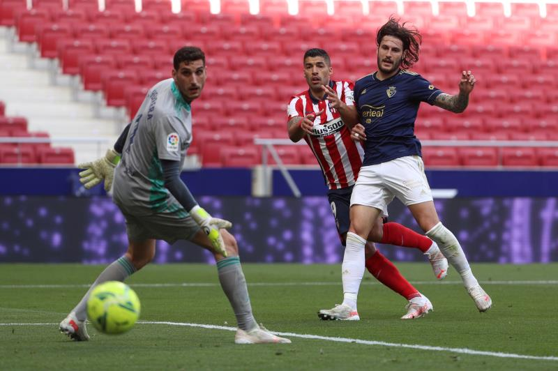 Suárez y una jugada de ataque en el Atlético-Osasuna