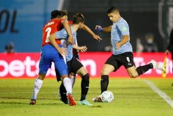 La CONMEBOL sancionó al árbitro del VAR y a su asistente por la polémica en el Uruguay-Paraguay. EFE