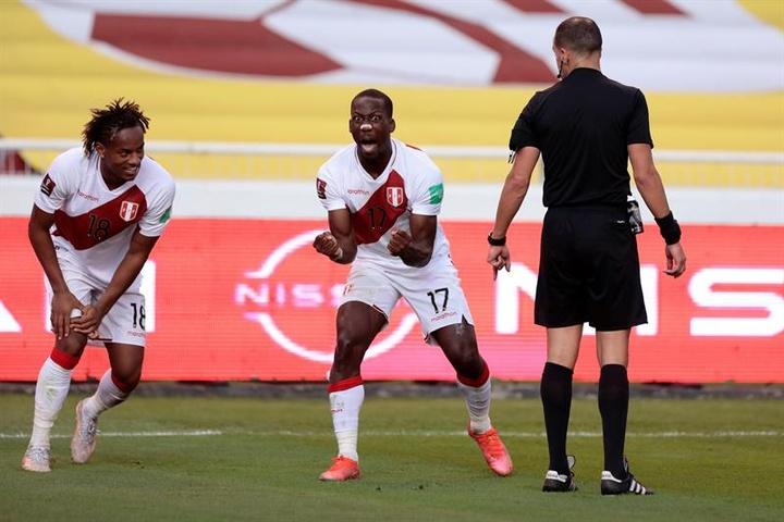 Advíncula sigue sin poder debutar con Boca. EFE