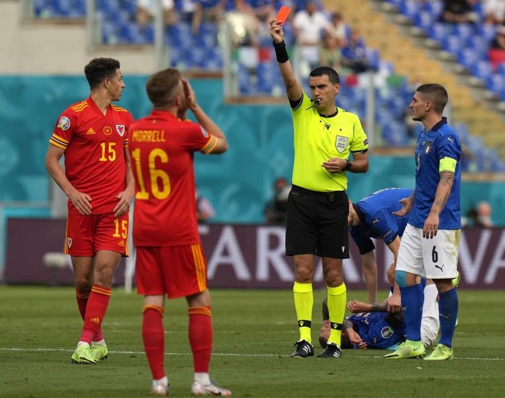 Wales lost 1-0 to Italy and finished with 10 men. EFE