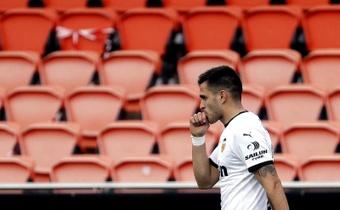 Maxi Gómez sufrió un duro golpe en el partido ante el Granada. EFE