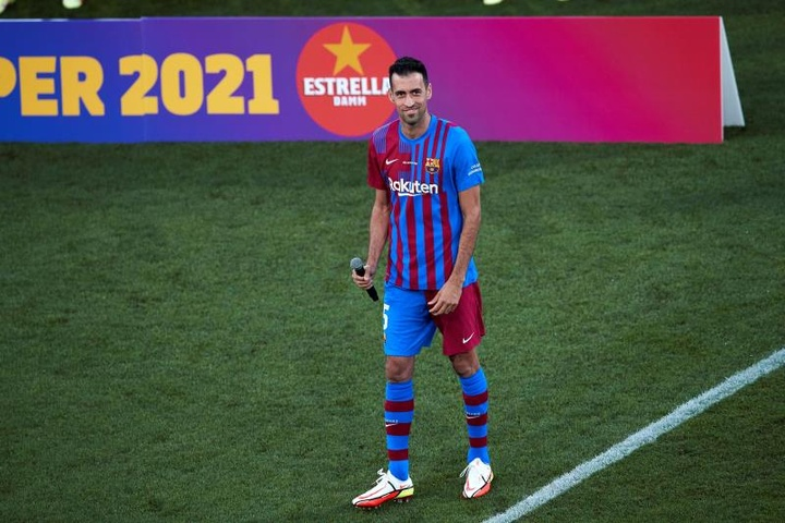 Busquets se dirigió a la afición del Barcelona. EFE