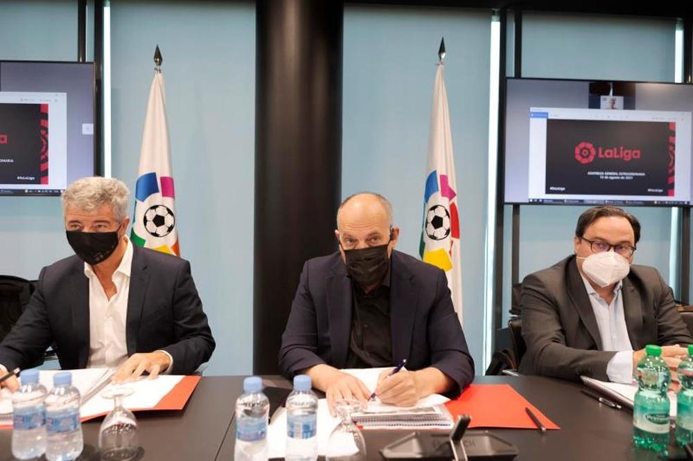 Javier Tebas (c) se ha posicionado del lado de la UEFA y la FIFA contra la Superliga. EFE/Archivo