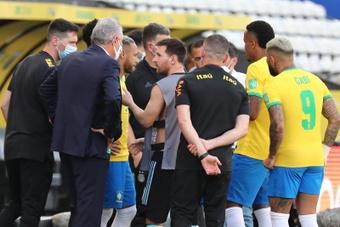 Incredibile: funzionari della ASL in campo per sospendere Brasile-Argentina al 7'!