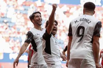 Guedes marcó un doblete ante el Osasuna en la victoria por 1-4 del Valencia a Osasuna. EFE
