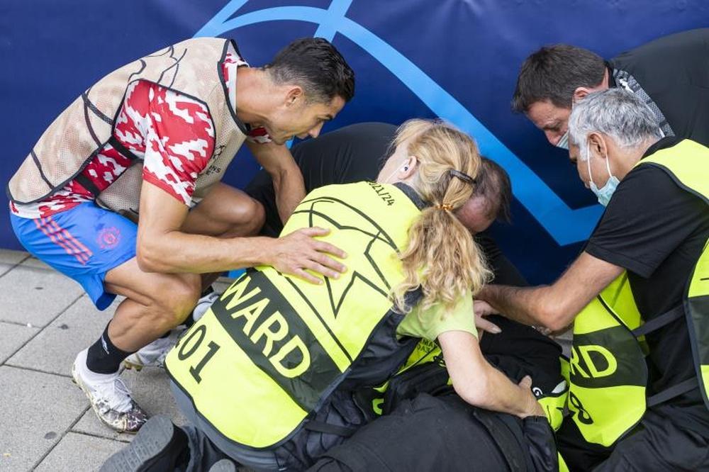 Cristiano regaló su camiseta a una mujer de seguridad. EFE