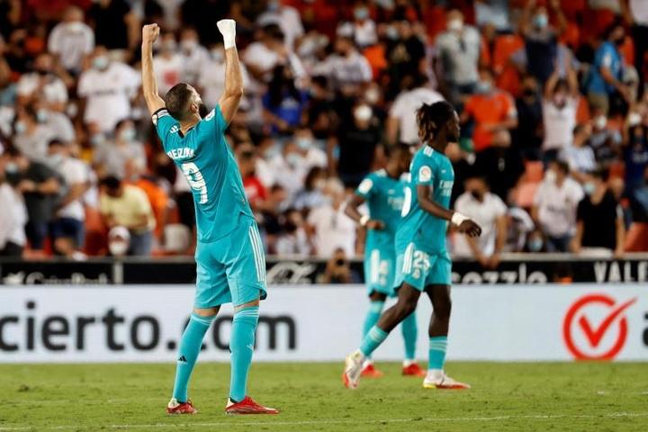 Vinicius e Benzema colocam o Real Madrid na liderança do Espanhol. AFP