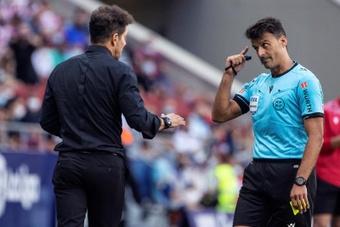 Simeone advirtió de la necesidad de rebajar el número de tarjetas. EFE