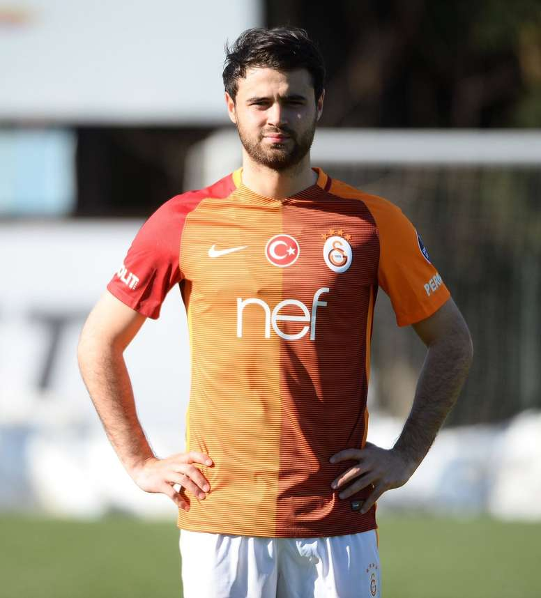 Ahmet Çalik ya luce la camiseta del Galatasaray. GalatasaraySK