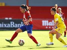Ainoa Campo dirige el balón en un encuentro del Atlético de Madrid Femenino. AtletiFéminas