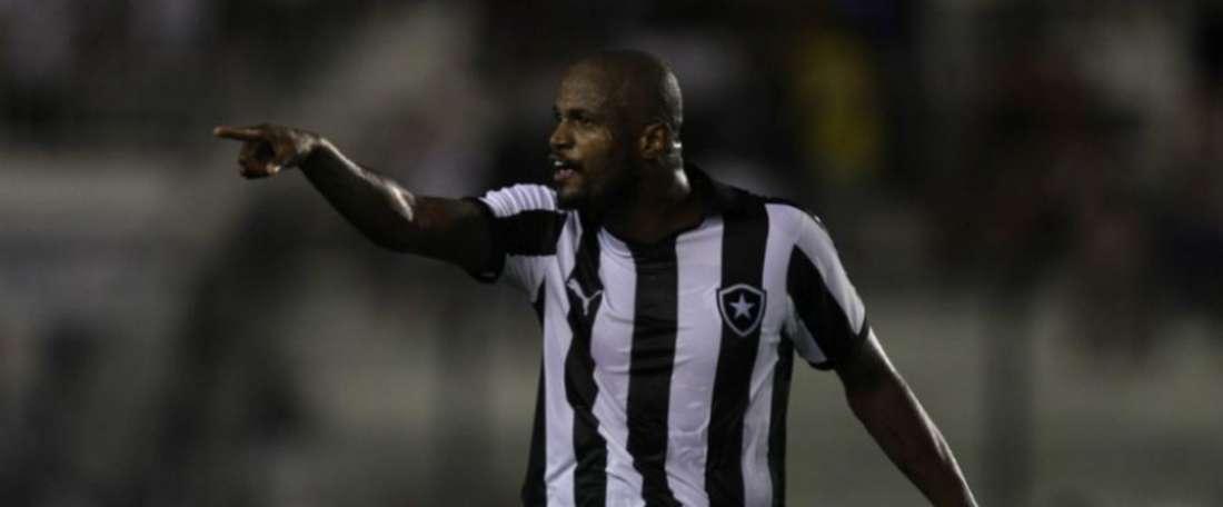 Botafogo acertará renovação de Airton. AFP
