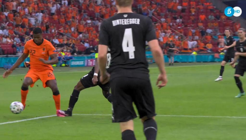 Alaba cometió penalti, el VAR lo revisó y Depay hizo el 1-0