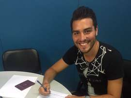 Alan Gabriel Rodríguez firmando su contrato como nuevo jugador del Gavá. CFGavá