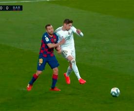 Le Real Madrid a réclamé le rouge à Alba pour une faute sur Valverde. Capture/MovistarFutbol