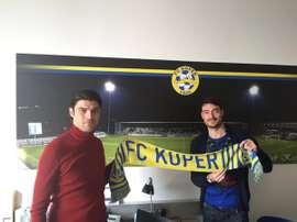 Albert Riera (d), tras firmar su nuevo contrato con el Koper de Eslovenia. Twitter