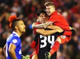 Alberto Moreno y Firmino felicitan a Bogdan, por darles el triunfo en la tanda de penaltis. Twitter